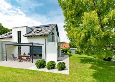 weisses, hochwertiges Einfamilienhaus mit Garten